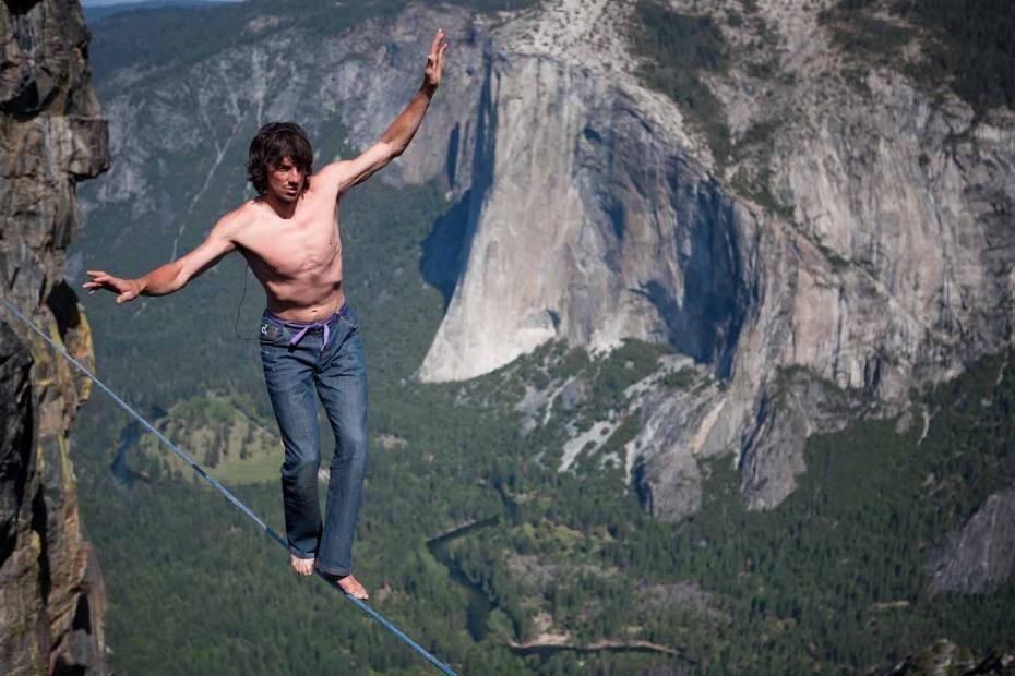 بالصور مغامرون يسيرون على حبل مشدود بين الجبال