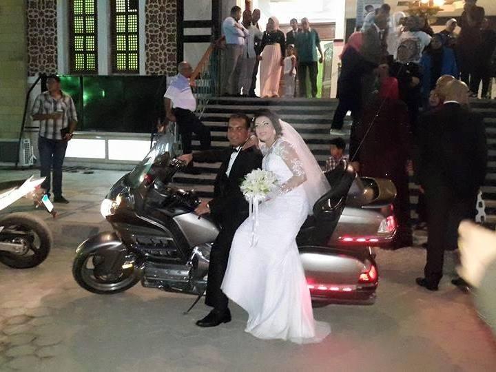 صور عروسان بالإسكندرية عملوا الزفة بتاعتهم على موتوسيكلات