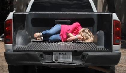 ملصق ثلاثي الأبعاد خلف سيارة في تكساس يتسبب بمئات المكالمات للشرطة ﻹبلاغ عن خطف فتاة
