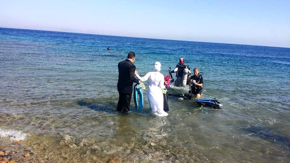 صور فرح مصري تحت الماء والعروسه محجبه