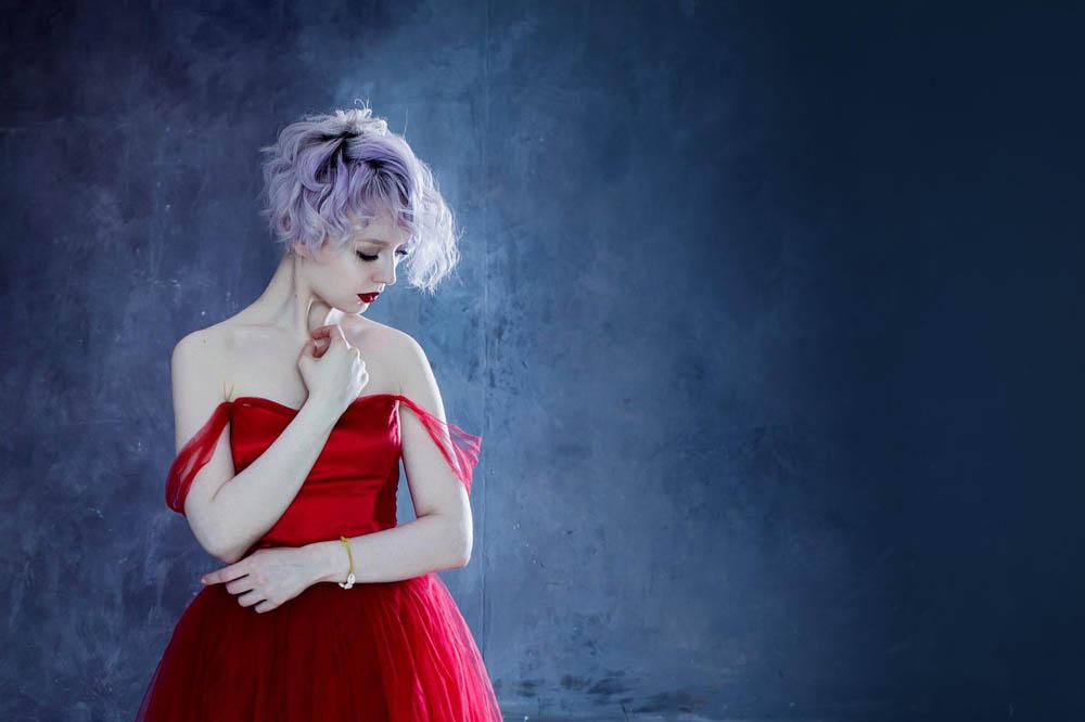 فستان احمر 2 صور بنت لابسه فستان احمر