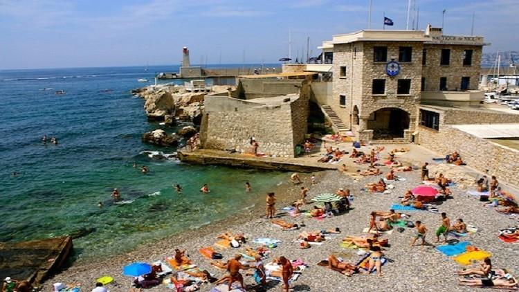 شاطئ ريفييرا فرنسا بعد منع البوركيني في فرنسا وظهر موضه الرجال السبيدو
