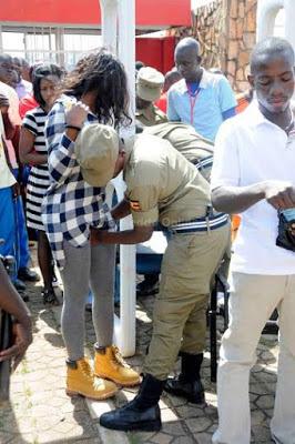 تفتيش النساء في استاد اوغندا 12 طريقه تفتيش النساء في اوغندا قبل دخول الاستاد