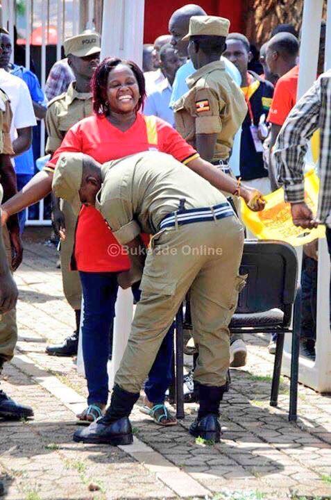 تفتيش النساء في استاد اوغندا 13 طريقه تفتيش النساء في اوغندا قبل دخول الاستاد