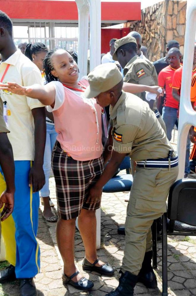 تفتيش النساء في استاد اوغندا 19 طريقه تفتيش النساء في اوغندا قبل دخول الاستاد