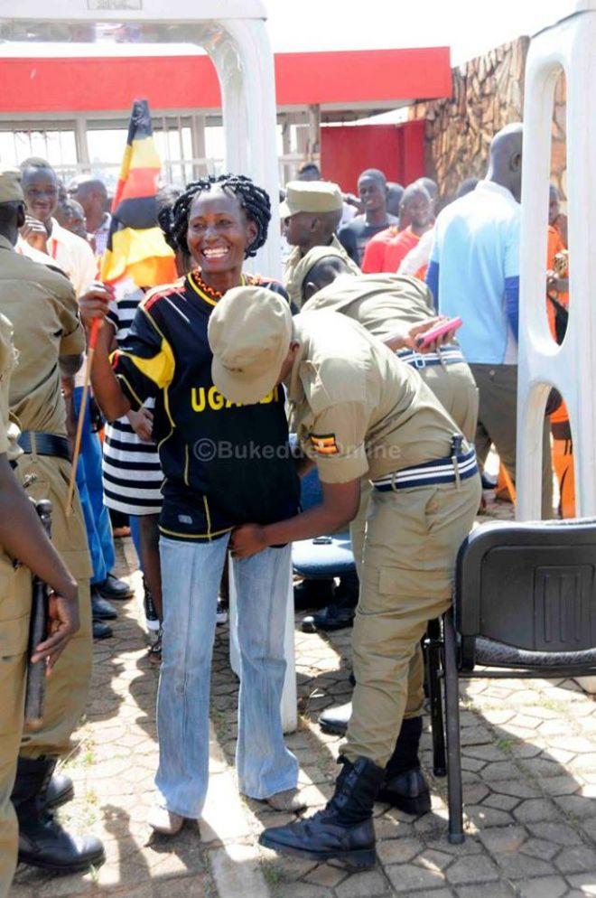 تفتيش النساء في استاد اوغندا 20 طريقه تفتيش النساء في اوغندا قبل دخول الاستاد