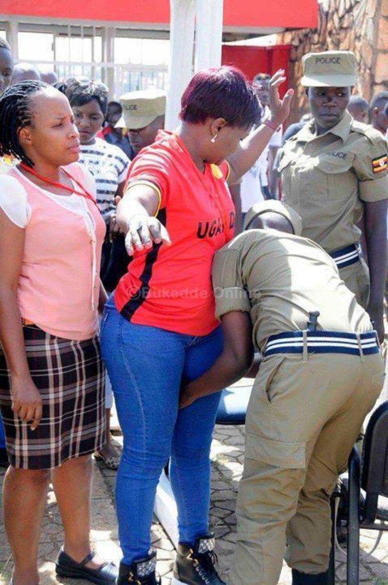 تفتيش النساء في استاد اوغندا 5 طريقه تفتيش النساء في اوغندا قبل دخول الاستاد
