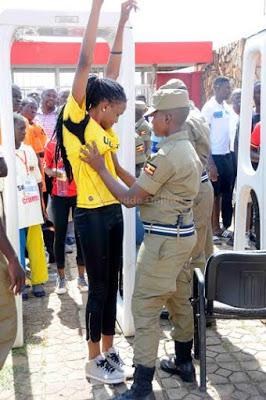 تفتيش النساء في استاد اوغندا 6 طريقه تفتيش النساء في اوغندا قبل دخول الاستاد
