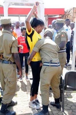 تفتيش النساء في استاد اوغندا 8 طريقه تفتيش النساء في اوغندا قبل دخول الاستاد