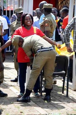 تفتيش النساء في استاد اوغندا 9 طريقه تفتيش النساء في اوغندا قبل دخول الاستاد