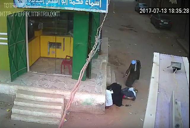فيديو اب يقتل ابنه في الشارع فيديو مرعب : أب يطلق النار على نجله أمام والدته في أسيوط