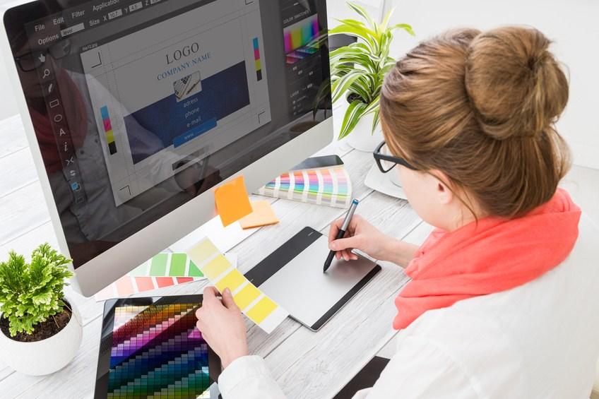 Graphic designer at work. Color samples 000089125041 Small1 كيف تبدأ العمل على تصميم جرافيك ؟
