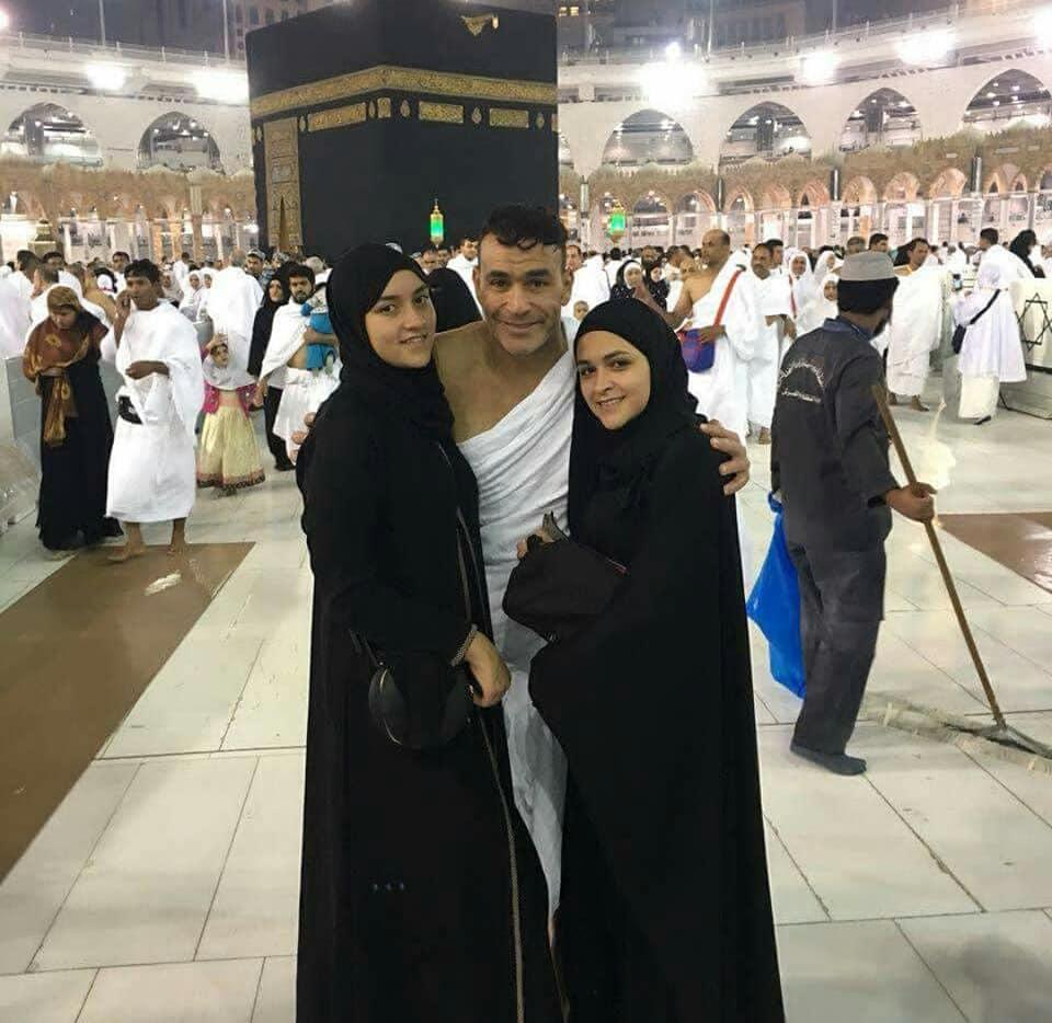 عصام الحضري في مكه 3 صور عصام الحضري يؤدي العمره مع بناته وزوجته
