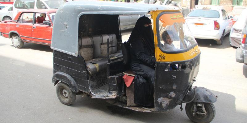 بالصور اول سيده مصريه تقود التوكتوك لرعايه اسرتها