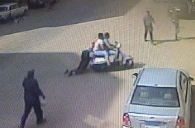 بالصور لصوص الموبايل يسحلون فتاه في الشارع امام الماره