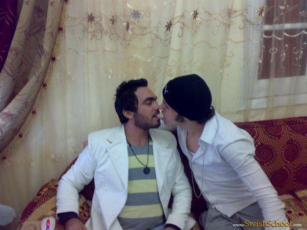 صور شذوذ تامر حسني مع احد الشباب في منزله
