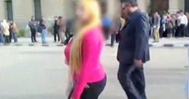 """فيديو طلاب حقوق القاهرة يطاردون """"طالبة"""" ترتدى ملابس مثيرة"""