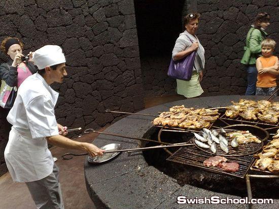 مطعم يقدم مأكولات مشوية على فوهة بركان نشط
