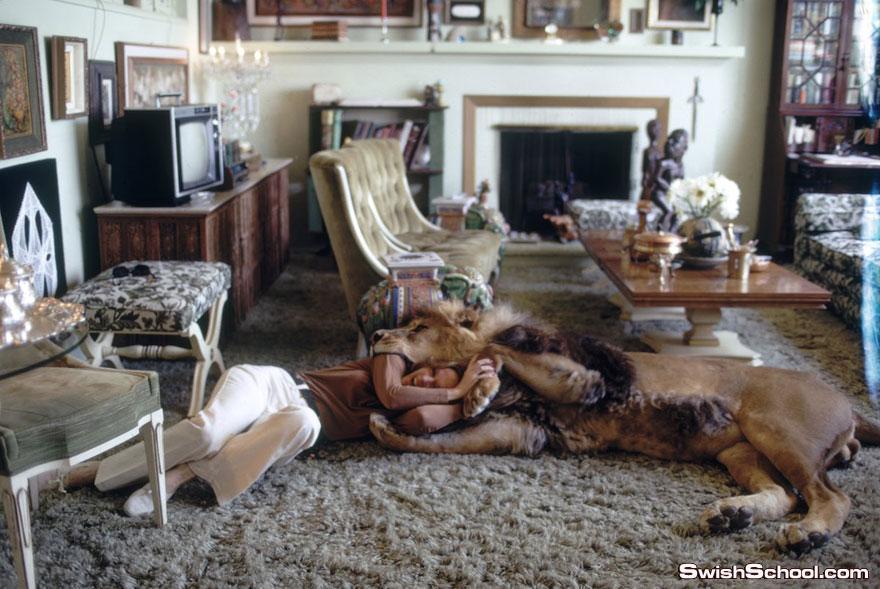 صور غريبه لعائله امريكيه تعيش مع اسد حياه يوميه بحريه تامه
