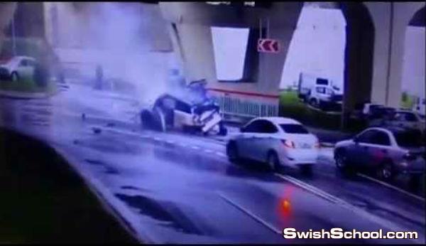 تصادم مروع ترصده كاميرات المراقبه ونجاه السائق من موت اكيد