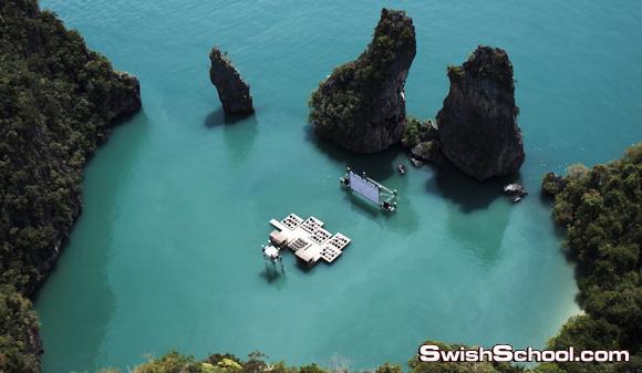 مسرح عائم بين صخرتين في البحر في  تايلاند