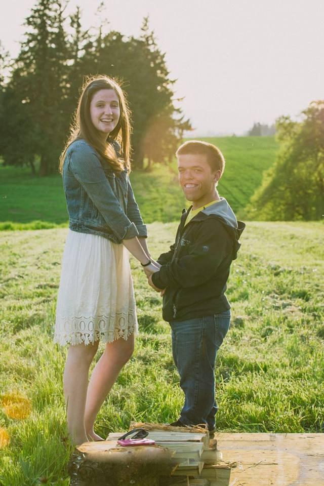 صور زواج النجم زاك رولوف من خطيبته توري باتون