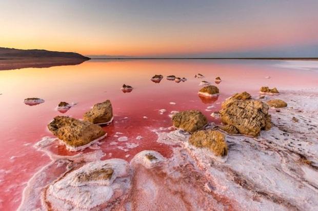 البحيره الورديه ومعلومات عنها من عجائب الطبيعه