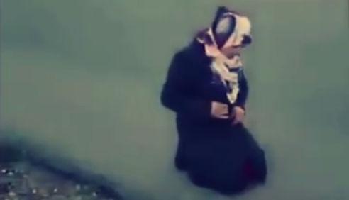 فيديو جنود اسرائيل يجبرون فتاة فلسطينيه على خلع ملابسها