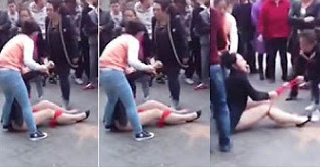 زوجة تجرد عشيقة زوجها من ملابسها تماما وسط الشارع أمام المارة بعد أن ضبطتهما فى وضع مخل