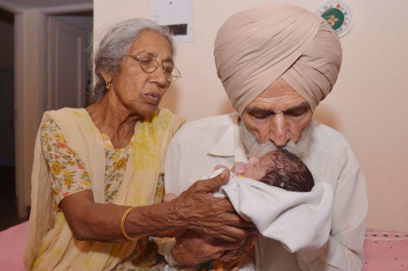 سيده في عمر السبعين تستقبل مولودها الأول