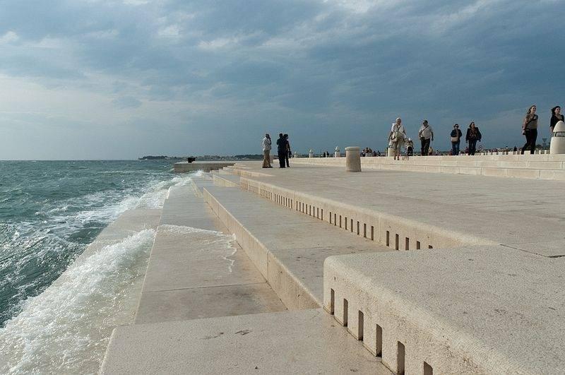 شاطئ يعزف موسيقى في مدينه زادار الكرواتيه