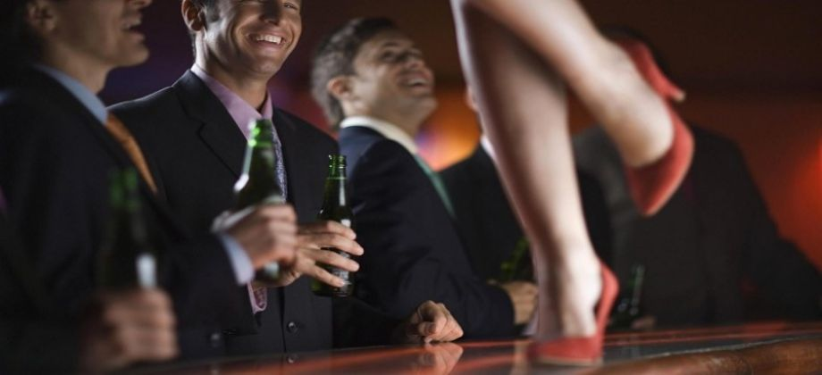 محاسب في بنك يقدم زوجته لراغبي المتعه ويشترط حضوره اثناء اللقاء