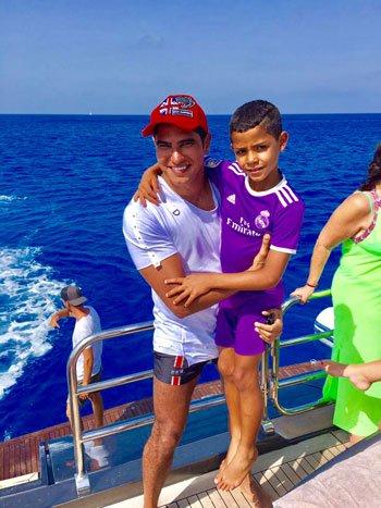 بالصور: أبو هشيمه مع كرستيانو رونالدو و عائلته على شواطئ اسبانيا