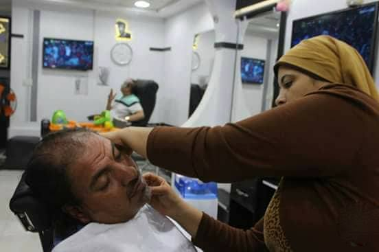 بالصور الاسطى عبير - أول حلاق رجالي في مصر