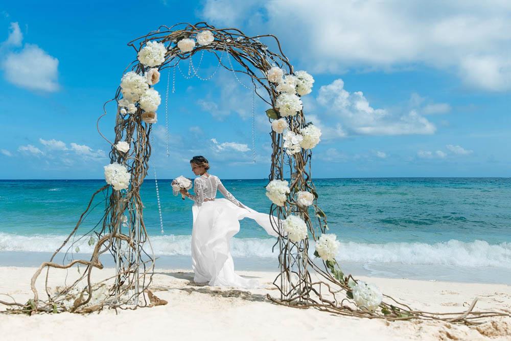 بنت بفستان فرح على البحر 1 صور عروسه بالفستان على البحر