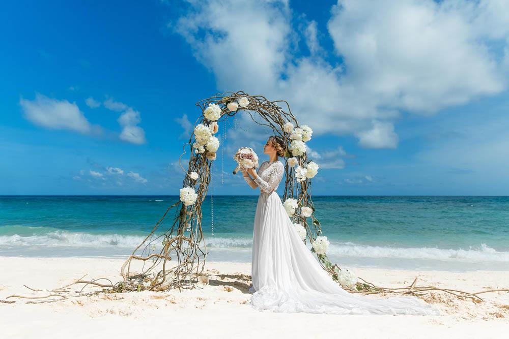 بنت بفستان فرح على البحر 2 صور عروسه بالفستان على البحر
