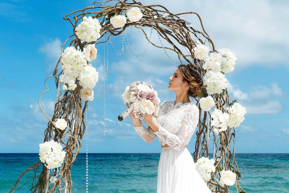 بنت بفستان فرح على البحر 3 صور عروسه بالفستان على البحر