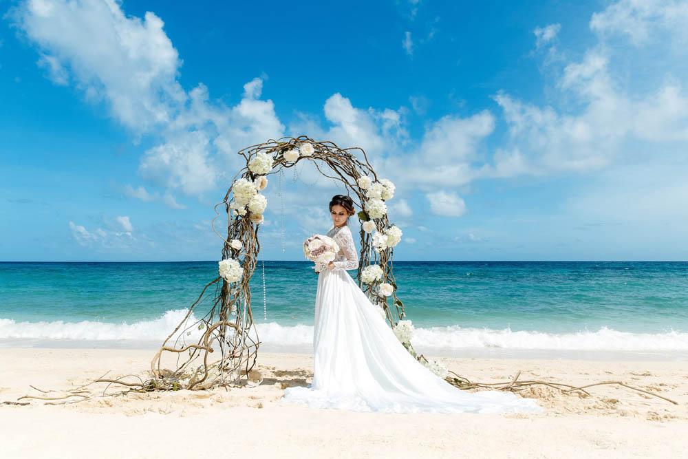 بنت بفستان فرح على البحر 7 صور عروسه بالفستان على البحر
