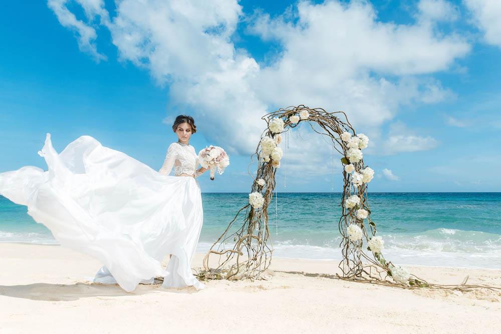 بنت بفستان فرح على البحر 8 صور عروسه بالفستان على البحر