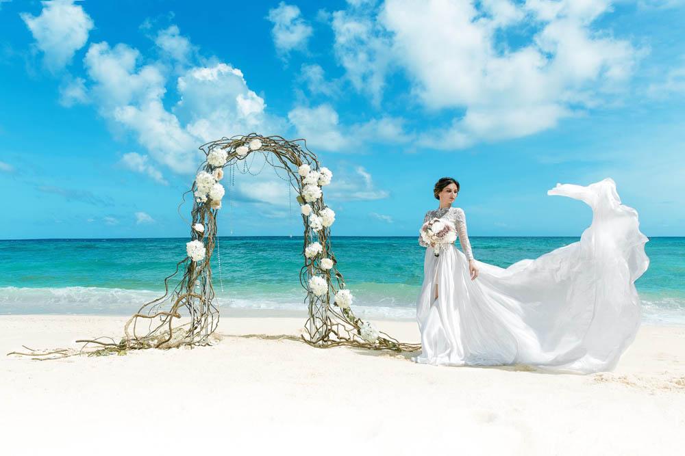 بنت بفستان فرح على البحر 9 صور عروسه بالفستان على البحر