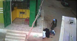 فيديو اب يقتل ابنه في الشارع