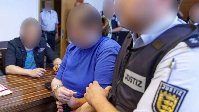 المانيه تبيع طفلها السجن لام وزوجها باعت ابنها عبر الانترنت للاستغلال الجنسي