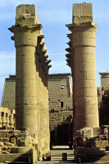 La grande colonnade qui conduit à la grande cour dAmenhotep III Thèbes XVIIIè Dynastie Egypte Egypte Antique La grande colonnade qui conduit à la grande cour dAmenhotep III , Thèbes,   XVIIIè Dynastie Egypte, Egypte Antique